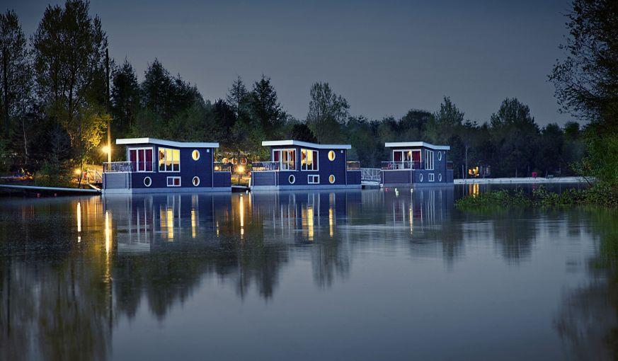 10 Hausboote ankern auf dem Center Parcs See