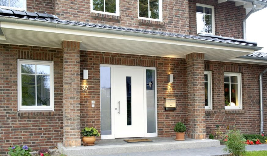 Haustür mit zwei Seitenteilen